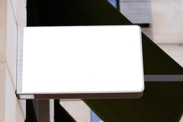 Merk teken op lege winkel lightbox gebouw muur opslaan