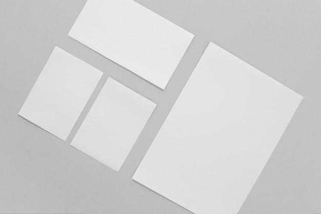 Merkconcept met papieren bovenaanzicht