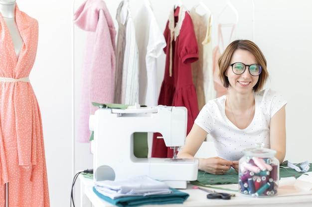 Merkkleding voor jonge meisjes voor het nieuwe product met behulp van krijt en meetlint. concept van designkleding en unieke authoringproducten.