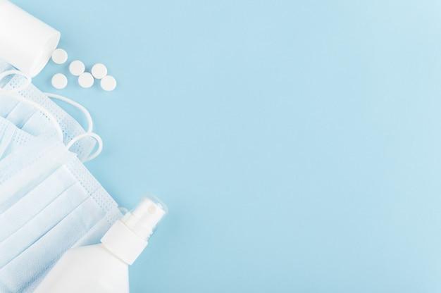 Merkloze fles antiseptische gel en verspreide tabletten op de achtergrond. coronavirus en quarantaine.