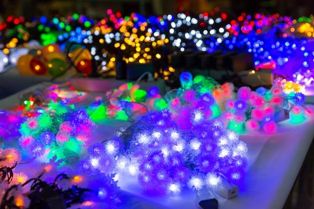 Merry christmas decoratie close-up, lichten, garland, xmas decor, nieuwjaar. winter vakantie feest