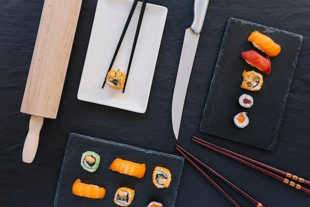Mes in de buurt van sushi en eetstokjes