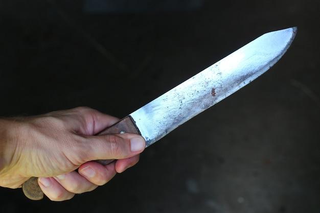 Mes in de handen van een crimineel of moordenaar.