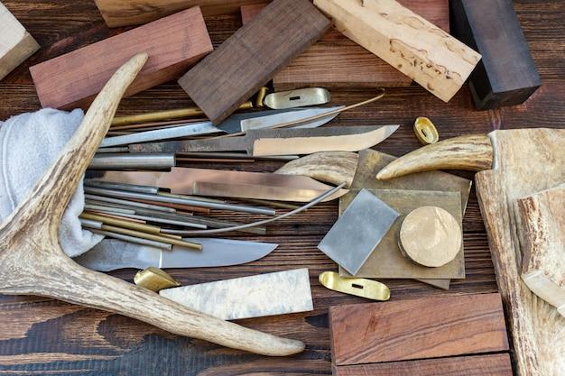 Mesbladen met staven blokkeren schalen waardevolle exotische boomhouten elanden, elanden, stukken hertenhoorn voor handgemaakte messen