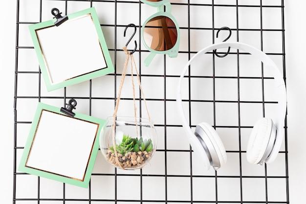 Mesh bord met kaarten, brillen, kamerplanten