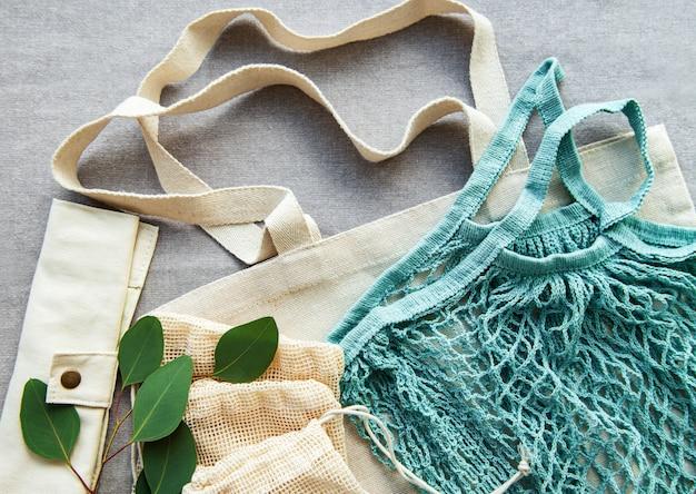 Mesh tas, katoenen tassen op textiel achtergrond
