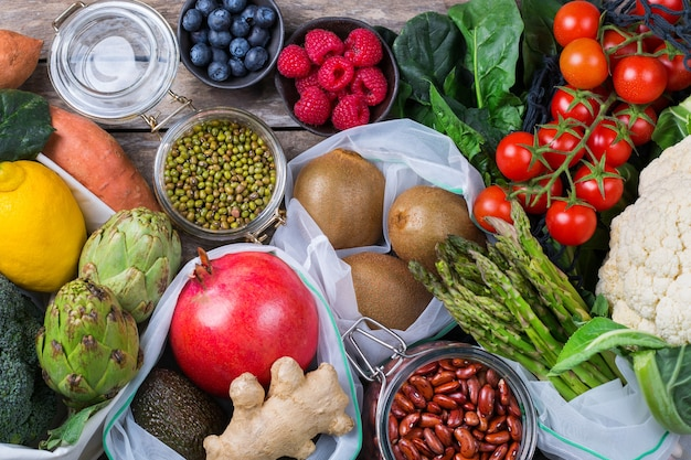 Mesh tas van textiel met producten, fruit en groenten. geen afval, milieuvriendelijk, plasticvrij gerecycled, herbruikbaar, duurzaam boodschappenconcept. platliggende achtergrond
