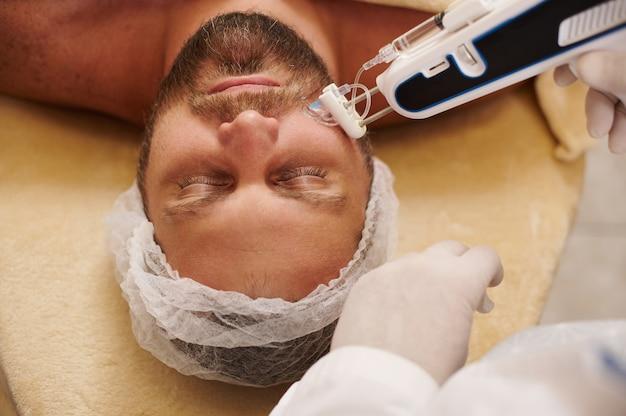 Mesotherapie, verjonging, antiverouderingsbehandeling, preventie van de eerste rimpels en tekenen van veroudering. injectie cosmetologie. mesotherapie pistool
