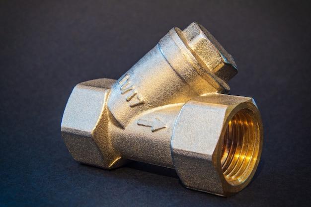 Messing filter voor warm of koud water van dichtbij
