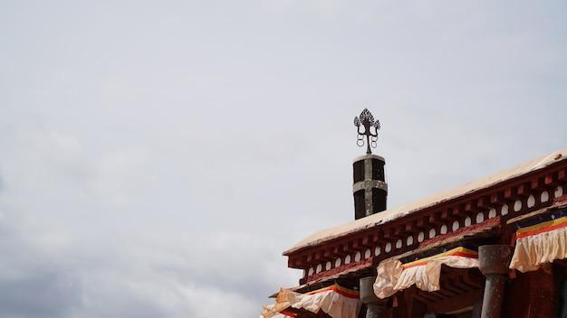 Messingsstandbeeld op het dak met hemel