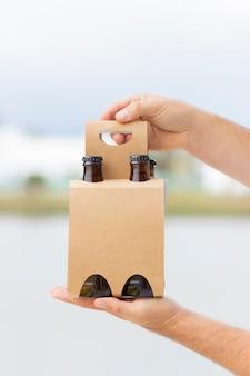 Met 4 pakken bier om te vieren op het strand