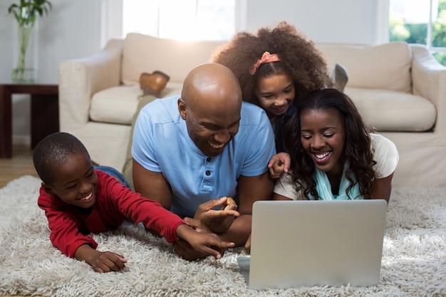 Met behulp van laptop en gelukkige familie