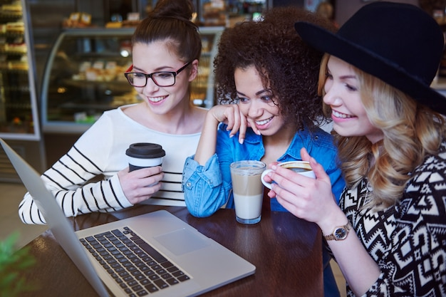 Met behulp van laptop met gratis draadloos internet in het café