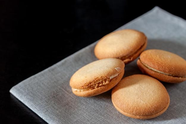 Met chocolade bedekt koekje hartvormig koekje op een servet