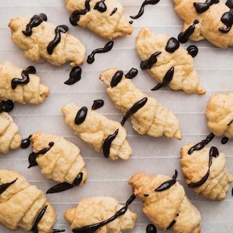 Met chocolade geglazuurde zelfgemaakte croissants