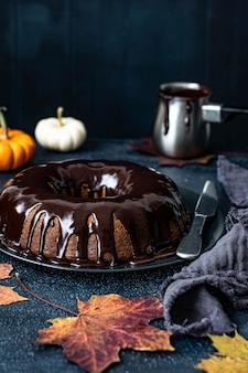 Met chocolade omhulde pompoentaart