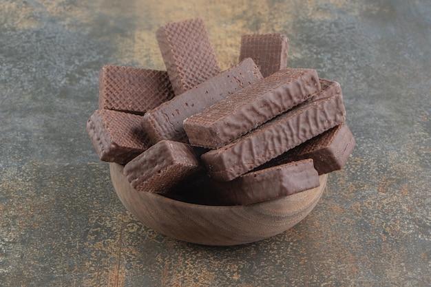 Met chocolade omhulde wafels opgestapeld in een kleine kom