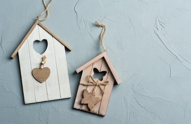 Met de hand gemaakt houten speelgoed van vogelhuizen