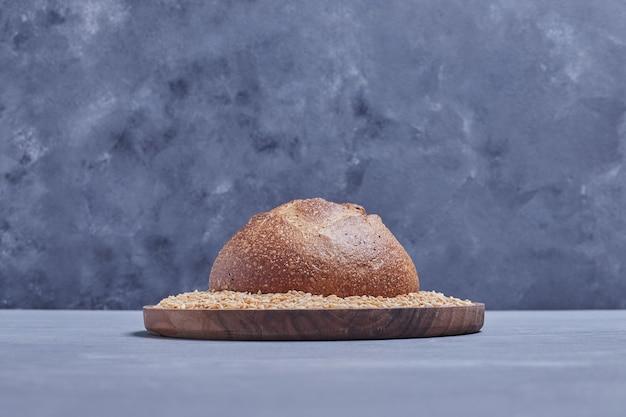 Met de hand gemaakt rond broodbroodje op de tarweschotel.