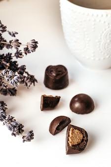 Met de hand gemaakte chocolade, geassorteerde donkere chocolade met noten en gojibessen. koffie snoepjes.