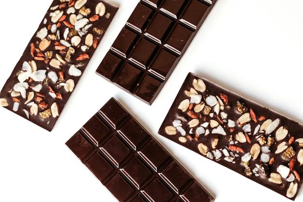 Met de hand gemaakte chocolade, geassorteerde donkere chocolade met noten en gojibessen.