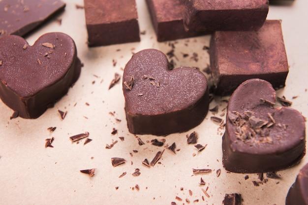 Met de hand gemaakte chocoladeharten op ambachtelijke achtergrond met chips. valentine s concept, kopie ruimte