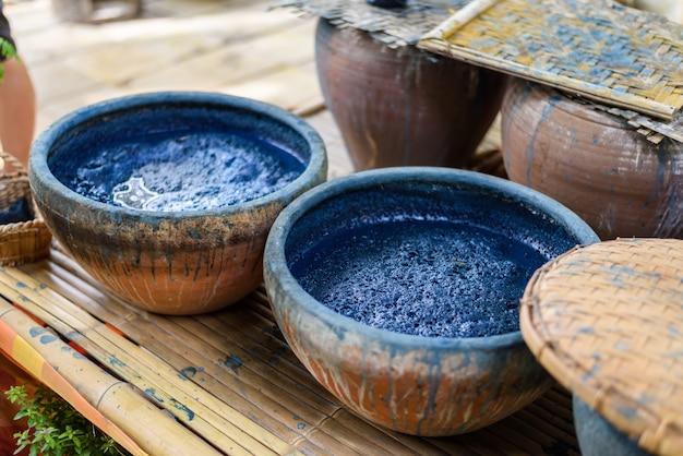 Met de hand gemaakte draaistof gebonden in kleurstof, shibori-techniek