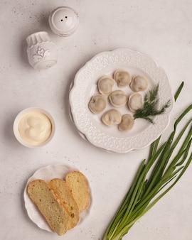 Met de hand gemaakte dumplings. koken knoedels. gekookte dumplings met kruiden en groenten