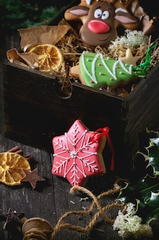 Met de hand gemaakte gevormde peperkoeken van kerstmis