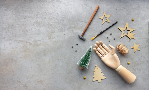 Met de hand gemaakte hulpmiddelen van de kerstmisdecoratie op cement