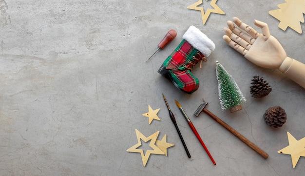 Met de hand gemaakte kerstmisdecoratie met hulpmiddelen