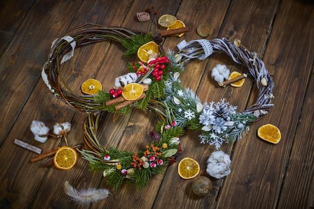 Met de hand gemaakte kerstmiskronen op houten vloer