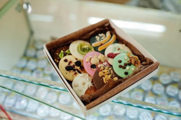 Met de hand gemaakte koekjes op het aanrecht.