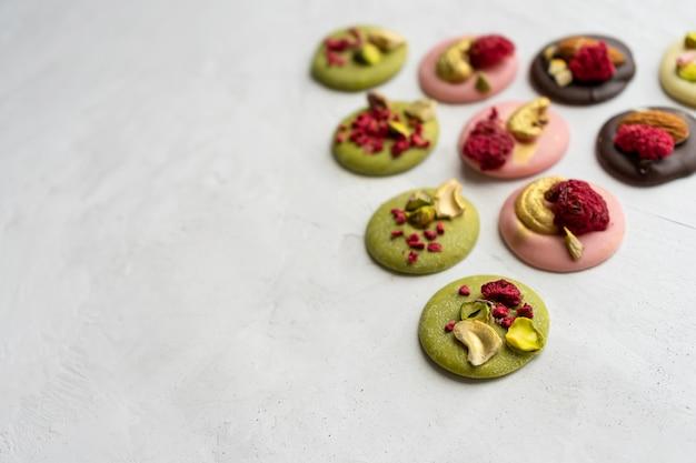 Met de hand gemaakte matchanclose-up van chocolademediaans
