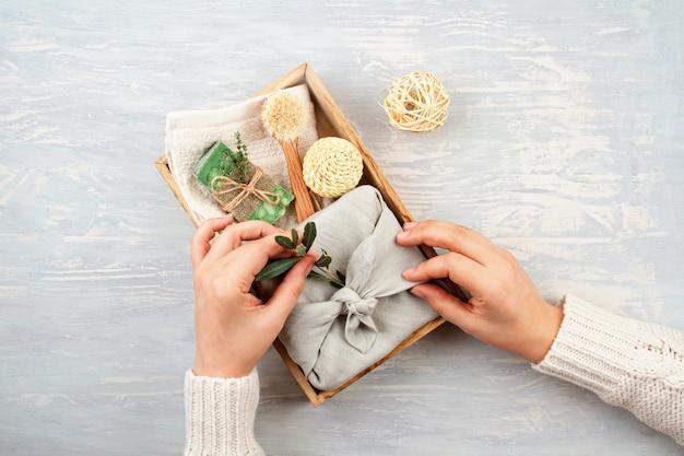 Met de hand gemaakte natuurlijke organische zeep, droge shampoo, kuuroord, het concept van het de giftpakket van de schoonheids skincare. . cadeaus verpakt in plastic, ambachtelijke geschenkdozen