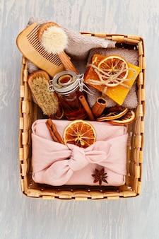 Met de hand gemaakte natuurlijke organische zeep, droge shampoo, kuuroord, het concept van het de giftpakket van de schoonheids skincare. klein bedrijf, ethisch winkelidee. cadeaus verpakt in plastic, ambachtelijke geschenkdozen