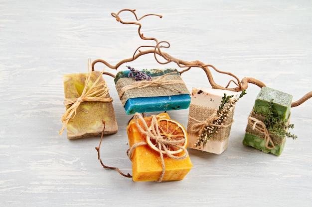 Met de hand gemaakte natuurlijke soapand droge shampoo, milieuvriendelijke spa, schoonheid skincare concept. klein bedrijf, ethisch winkelidee