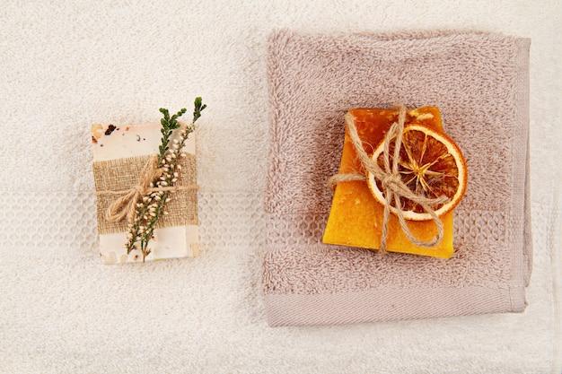 Met de hand gemaakte natuurlijke zeep, droge shampoo en badkameraccessoires, milieuvriendelijke spa, beauty skincare concept. klein bedrijf, ethisch winkelidee