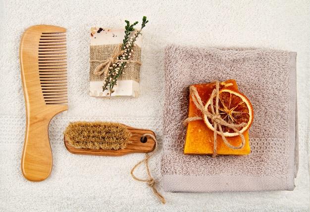 Met de hand gemaakte natuurlijke zeep, droge shampoo en badkameraccessoires, milieuvriendelijke spa, beauty skincare concept.