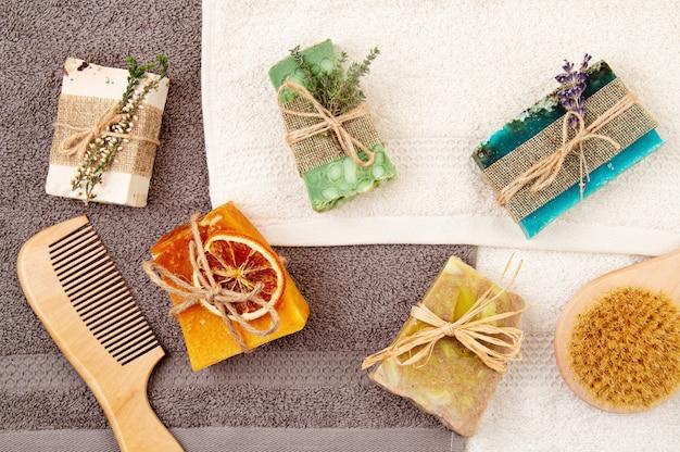 Met de hand gemaakte natuurlijke zeep en droge shampoo, milieuvriendelijke spa, schoonheid skincare concept. klein bedrijf, ethisch winkelidee