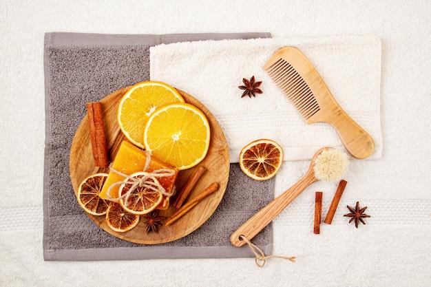 Met de hand gemaakte natuurlijke zeep en droge shampoo, milieuvriendelijke spa, schoonheid skincare concept.