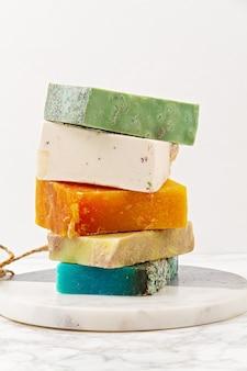 Met de hand gemaakte natuurlijke zeep, milieuvriendelijke spa, schoonheid skincare concept. . zeep- en droogshampoo repen verpakt in plasticvrij