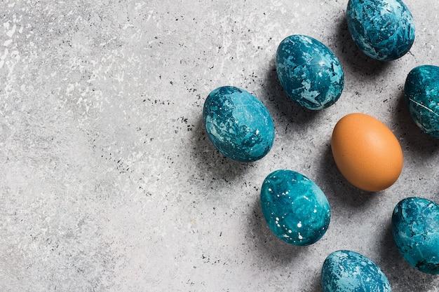 Met de hand gemaakte paaseieren dienen blauw in