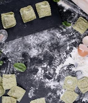 Met de hand gemaakte ravioli met basilicumbladeren