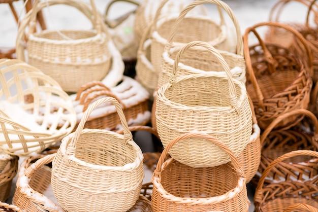 Met de hand gemaakte rieten gevlochten manden tentoongesteld in een stadstarief