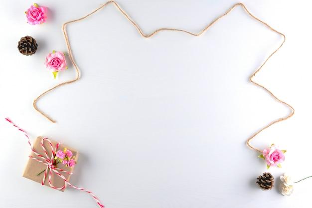 Met de hand gemaakte roze liefdeharten die op witte houten textuurachtergrond worden geïsoleerd