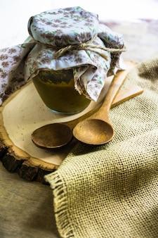 Met de hand gemaakte tkemali-saus