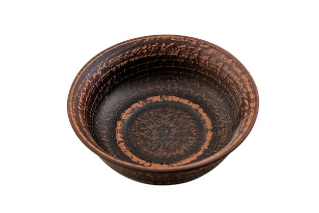 Met de hand gemaakte traditionele bruine kleiplaat die op wit wordt geïsoleerd