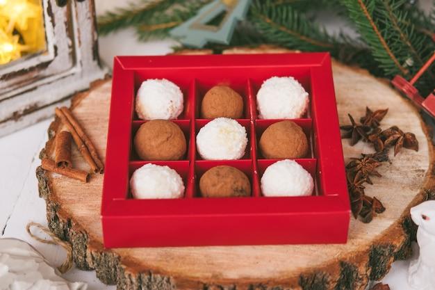Met de hand gemaakte zelfgemaakte zoetigheden op kerstmis.