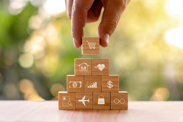 Met de hand gesorteerde houten blokken met handelswaar symbolen, online handelsideeën.